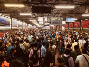 インド【ロックダウン】失敗 故郷に帰ろうとする人が大挙してバスターミナルに押し寄せる